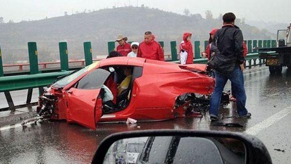 Ferrari de sute de mii de euro facut praf pe autostrada! Uite ce-a mai ramas din masina la care tu doar visezi - Click sa vezi daca soferul a supravietuit