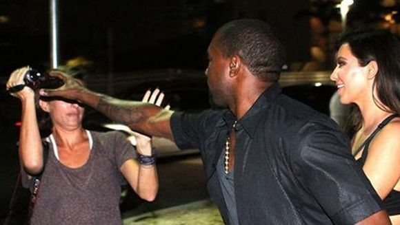 Kanye West, la un pas sa bata o jurnalista! Vezi cum a vrut sa-i smulga aparatul foto!