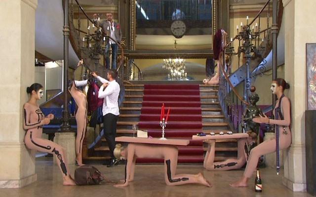 Probă incredibilă pentru fetele Next Top Model! Au fost transformate în piese de mobilier: scaune, mese şi cuiere!