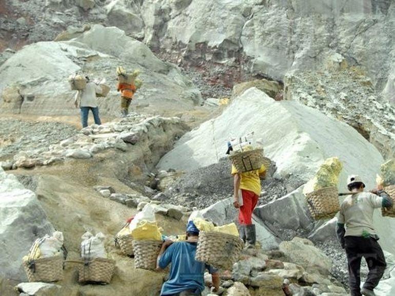 Poate CEL MAI PERICULOS job din lume: Muncitorii riscasamoarapanala varsta de 30 de ani FOTO