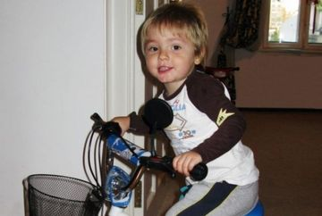 Iata-l pe Micul Print pe bicicleta - Uite ce mare a crescut si ce frumusel este