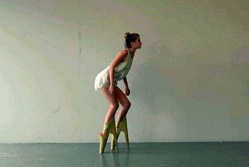 Designerii s-au ticnit? S-au gandit sa revolutioneze incaltamintea si au realizat pantofii cu tocul in fata VIDEO