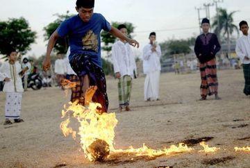 Se joaca cu focul, la propriu! In Indonezia fotbalul este practicat cu mingea in flacari VIDEO