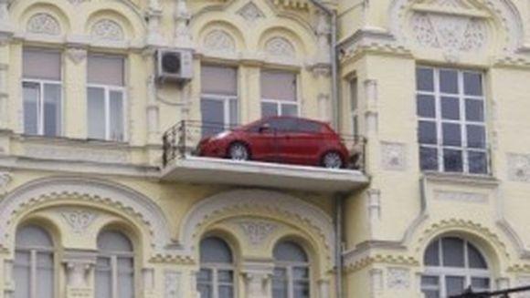 "Cum a ajuns o masina sa fie ""parcata"" in… balcon!"