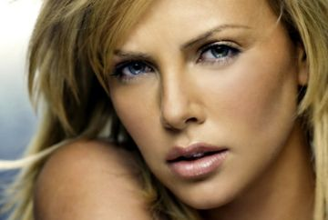 Soc la Hollywood! In casa in care a locuit Charlize Theron a avut loc o alta crima. In 1991, mama actritei l-a ucis pe tatal acesteia