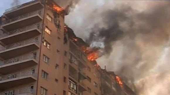Incendiu VIOLENT la un complex rezidential din Capitala! Etajul 10 este complet distrus