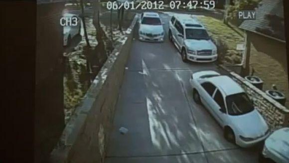 RAZI CU LACRIMI! Ce se intampla cand pui o blonda la volanul unui Mercedes? VIDEO