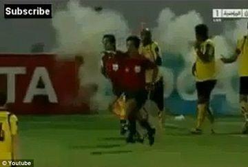 VIDEO SOCANT cu momentul in care o grenada explodeaza aproape de mana unui jucator pe terenul de fotbal