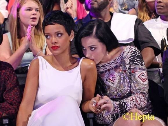 Rihanna si-a facut un nou tatuaj. Ce loc neobisnuit a ales! FOTO