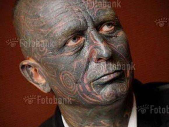 Barbatul din imagine candideaza la presedintia Cehiei! Vezi in GALERIA FOTO de ce toata lumea in considera o CIUDATENIE