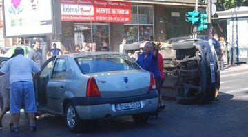 Ecaterina Andronescu, ministrul educatiei, a fost implicata intr-un ACCIDENT rutier. Taxiul care a intrat in ea S-A RASTURNAT FOTO