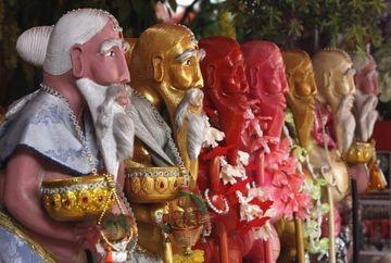 Obicei BIZAR in Thailanda - Miscari lascive in fata unei statui budiste! FOTO