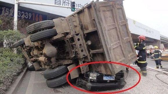 Accident cu deznodamant ULUITOR in China! Credeti ca soferul din masina neagra a supravietuit? FOTO
