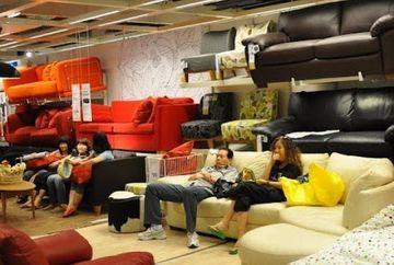 Se intampla in China - Dorm, beau cafea si isi dau intalniri, totul intr-un renumit magazin de mobila. Afla cum este posibil asa ceva!