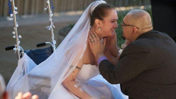 Povestea EMOTIONANTA a unei femei diagnosticata cu TUMOARE pe CREIER. Uite ce surpriza i s-a pregatit! FOTO