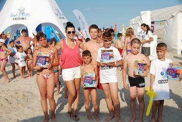 Simona Patruleasa, in mijlocul copiilor, pe plaja Kanal D Summer Studio