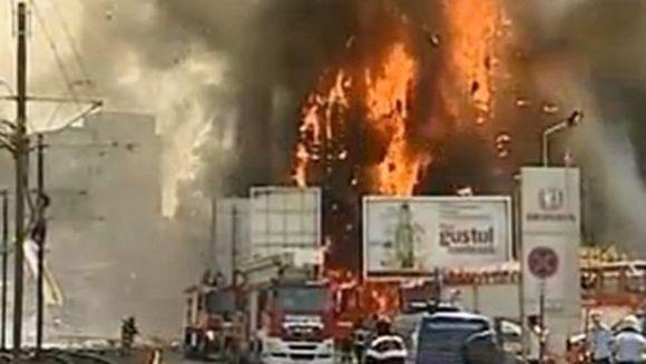 INCENDIU PUTERNIC in Capitala: o cladire de birouri a luat foc. In apropiere se afla o benzinarie