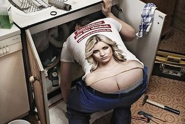 Tricouri ingenioase pentru barbati! Ce vezi, un FUND sau o pereche de SANI? FOTO