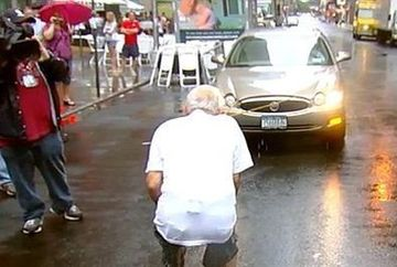 Are 91 de ani, 1.6 m, este veteran de razboi si trage CAMIOANE cu dintii! VIDEO UIMITOR