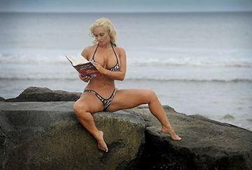 Coco Austin LOVESTE din nou! Citeste carti pe plaja in BIKINI care ar trebui INTERZISI FOTO