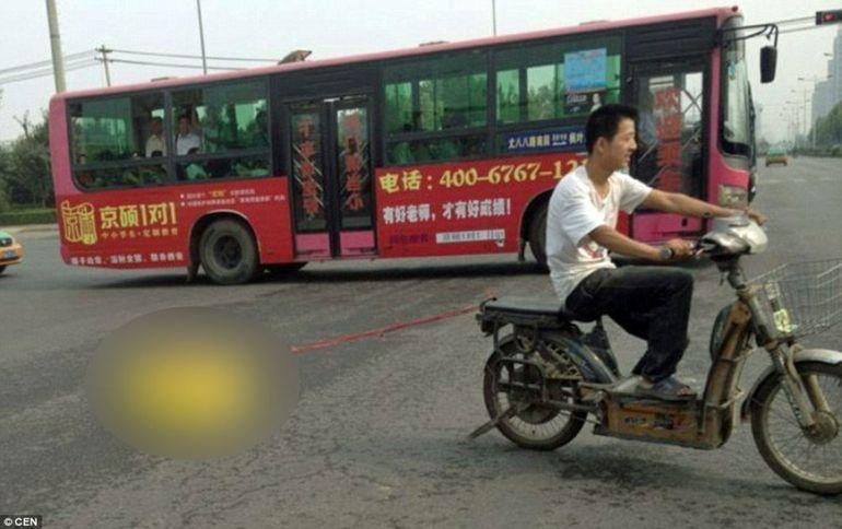 O poza care va TERIFIA toti parintii! Uite cum isi plimba un tata fiul pe motocicleta VIDEO