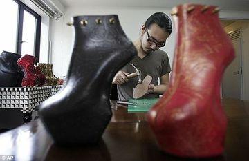 De la gheise la LADY GAGA! Vezi cine este omul din spatele pantofilor vedetei americane FOTO+VIDEO
