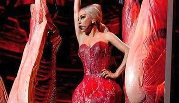 Lady Gaga revine! Si-a facut o noua rochie DIN CARNE FOTO
