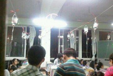 Credeai ca inveti prea mult? Elevii din China studiaza PANA LA EPUIZARE cu perfuzia la mana! FOTO