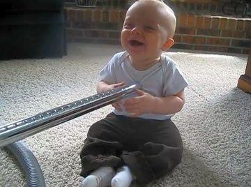 VIDEO AMUZANT: uite cum reactioneaza un bebelus in prezenta unui aspirator