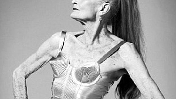 Uite cum arata cel mai batran fotomodel din lume ! A pozat sexy la 83 de ani !