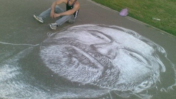 Iti vine sa crezi? Uite cum deseneaza cu creta un tanar din Rusia! FOTO