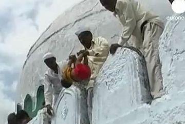 Obiceiuri BARBARE - Bebelusi aruncati de la 10 metri inaltime pentru prosperitate si noroc! VIDEO SOCANT