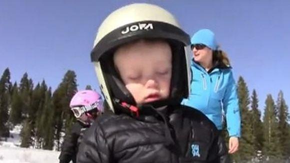 Cel mai dragut clip de pe YouTube: Un pusti adorme in timp ce schiaza! VIDEO
