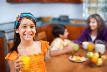 Sucurile naturale de fructe pot DISTRUGE smaltul dintilor la copii