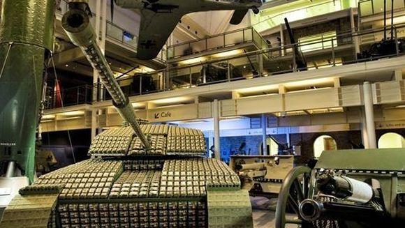 Ce a motivat un barbat sa contruiasca un tanc din 5.016 cutii de oua
