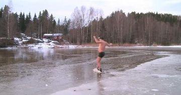Omul care sfideaza gerul. Inoata fara probleme printre ghetari VIDEO