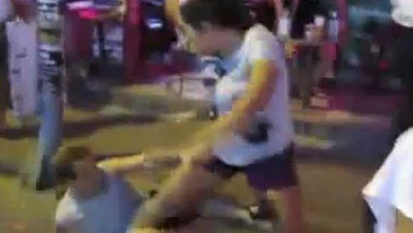 Atentie femeile in grup sunt periculoase. Cum si-a luat bataie un barbat! VIDEO