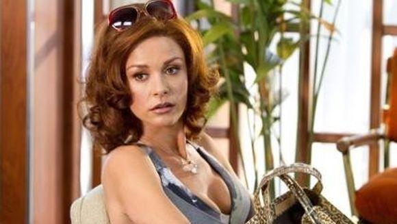Catherine Zeta Jones s-a facut roscata. Iti place cum ii sta?