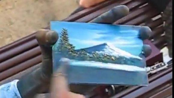Un mod incredibil de a picta rapid! Barbatul care face un tablou in doar trei minute! Vezi VIDEO