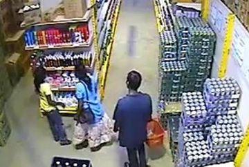 O noua modalitate de furt. Uite ce au suprins camarele de supraveghere dintr-un magazin! VIDEO