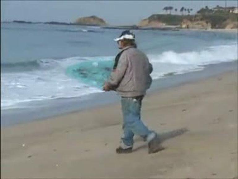 Abuzul de alcool vs. valurile marii. Vezi ce a iesit! VIDEO
