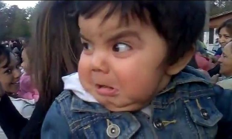 Reactia amuzanta a unui bebelus la vederea fanfarei! VIDEO
