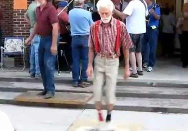 Se misca mai bine decat un adolescent. Dansul senzational al unui bunic! VIDEO