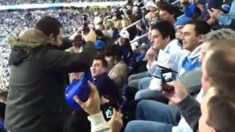 Uite cum s-ar putea distra barbatii pe stadion. Cum ti se pare ideea? VIDEO