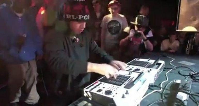 Uite ce inseamna sa fii un DJ adevarat. Zici ca este ireal! VIDEO