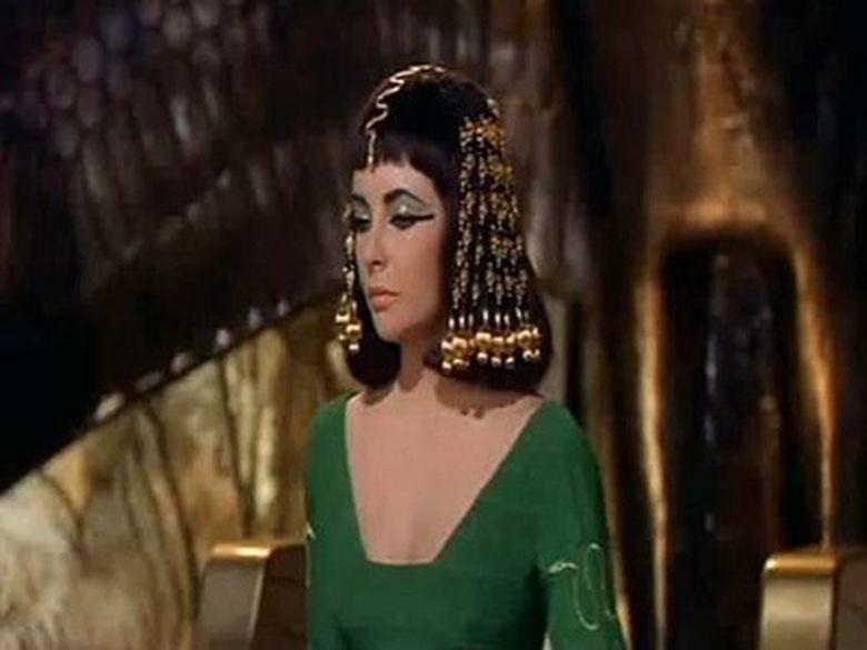 """Uite cu cat s-a vandut peruca purtata de Elizabeth Taylor in filmul """"Cleopatra""""!"""