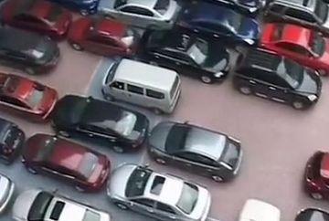 Cea mai aglomerata parcare din lume! Invata cum sa-ti parchezi masina intr-un loc inghesuit! VIDEO