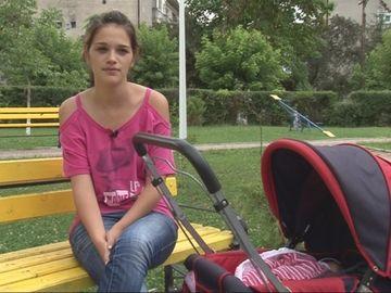 Viata in imagini a unei mamici adolescente. Uite cat este de dificil sa cresti un copil! VIDEO