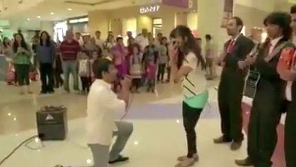 Cererea in casatorie care face INCONJURUL LUMII! A ingenunchiat in fata ei intr-un mall. Nu o sa-ti vina sa crezi ce reactie a avut fata