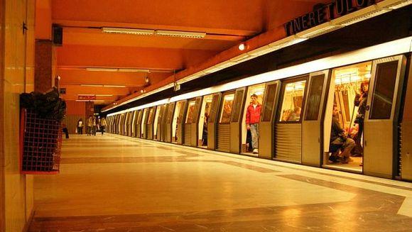 PANICA la metrou! Un barbat s-a aruncat in fata trenului